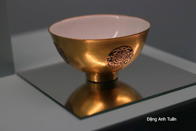 Porcelaine peint à l'or et à décor de dragons et de caractères de longévité